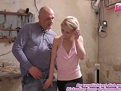 Молодая блондинка и старик в заброшенном гараже занимаются сексом в позе раком