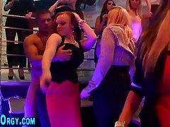 Молодые девушки во время вечеринки начинают ласкать мужчин в...