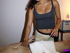 Парень настроил камеру, чтобы снять домашнее порно массажа с...
