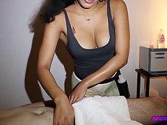 Парень настроил камеру, чтобы снять домашнее порно массажа с брюнеткой