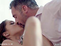 Молодая девушка и ее любовник занимаются красивым страстным ...