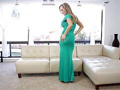 Блондинка мамочка на диване дрочит письку и снимает соло мас...