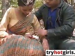 Индийская парочка развратников на природе занимаются анальны...