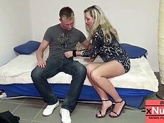Мамочка с большими сиськами и ее любовник снимают в спальне домашнее порно