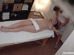 Рыжая мамочка с большой жопой во время массажа стала звездой домашнего порно