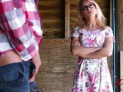 Блондинка в очках солирует на сеновале перед зрелым мужчиной...