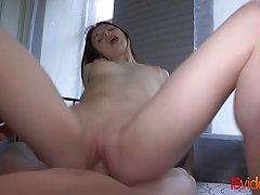 Молодая девушка брюнетка от первого лица занимается съемками домашнего порно