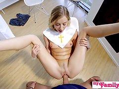 Блондинка - молодая девушка, которая даже в униформе подстав...