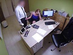 Скрытая камера снимает, как в офисе начальник трахает в позу...
