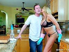 Красивая Джесси Джонс убирала на кухне когда ее любовник пришел чтобы трахнуть ее