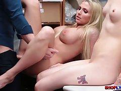 Две грязные девушки Нина и Кристи получают выебанная жесткий...