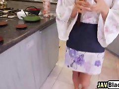 Великолепная Японская официантка иногда очень страстная с парнем который ей нравится
