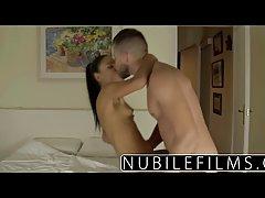 Стройная девушка и ее красивый парень занимаются любовью в ванной комнате
