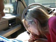 Зрелая дама сосет огромный член своего молодого партнера за рулем своего автомобиля