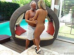 Горячая красивая женщина на высоких каблуках трахается с пожилым мужиком